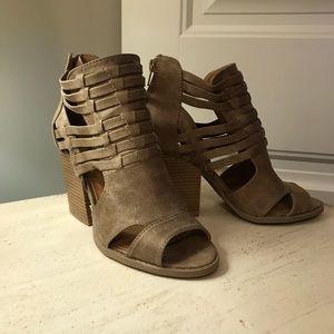 Interlaced beige open toed booties